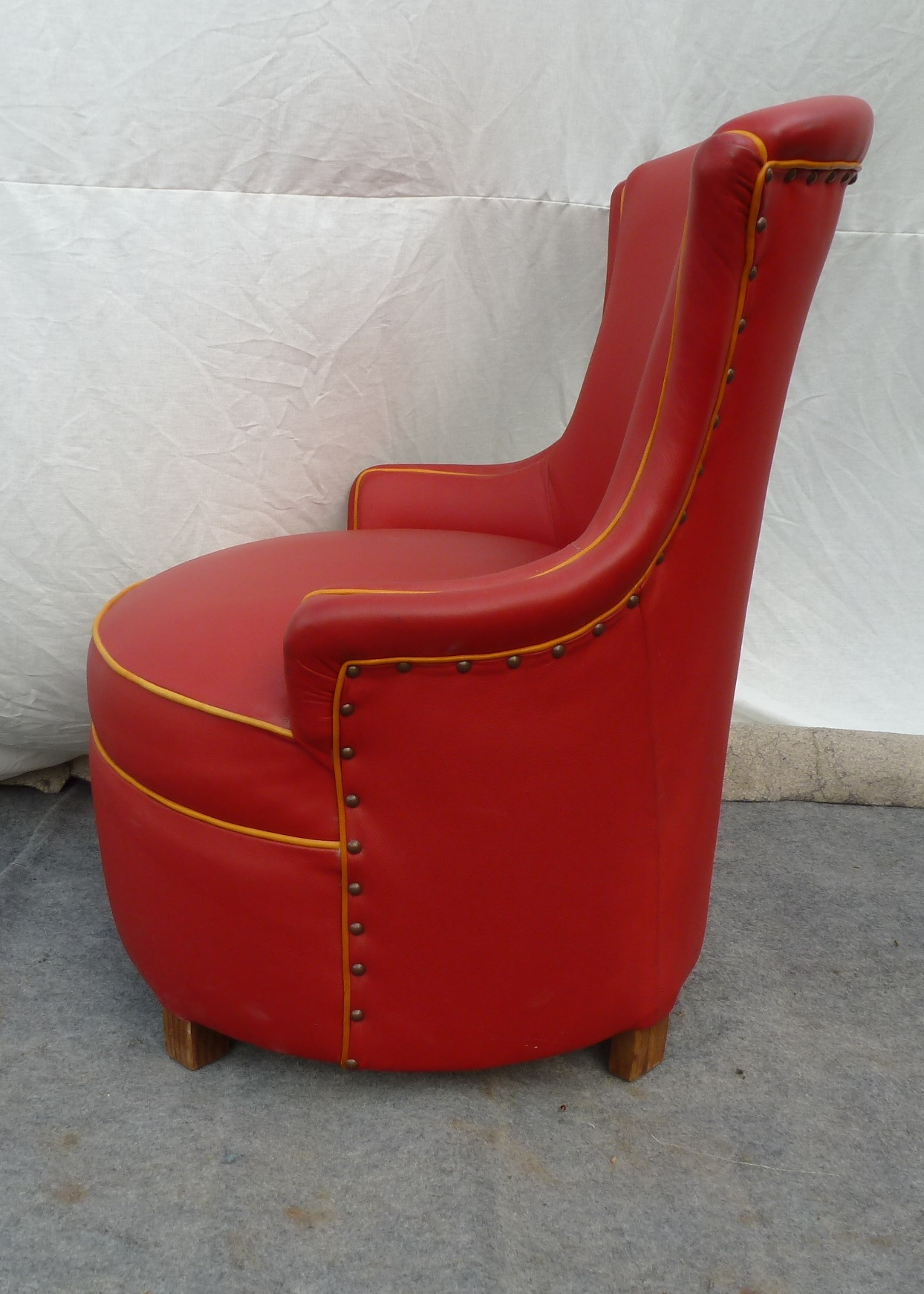 chauffeuse cuir rouge madebymed fauteuil club. Black Bedroom Furniture Sets. Home Design Ideas